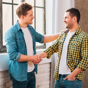 Communication Franchiseur Franchisé, deux hommes qui se serrent la main