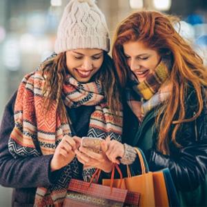 Deux femmes entrain de regarder un téléphone